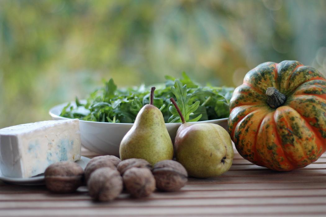 Herbstlicher Salat mit Kürbis Birne Blauschimmelkäse Walnüssen1