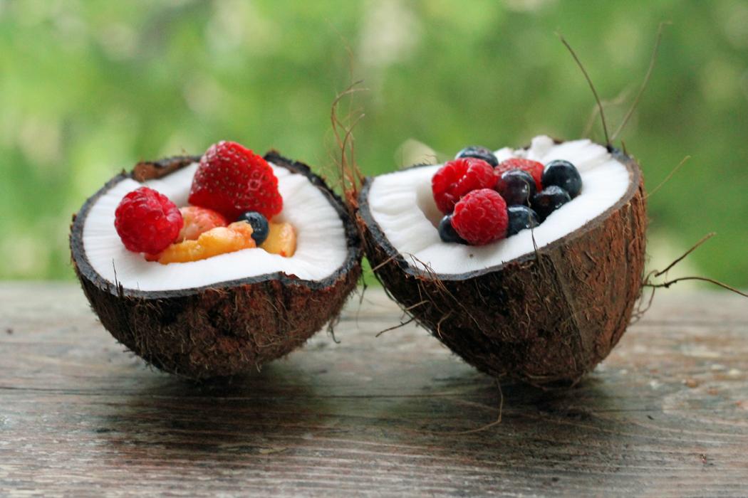 Kokosnuss mit Obstsalat