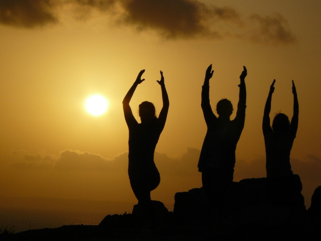 Yoga und Segeln am Abend