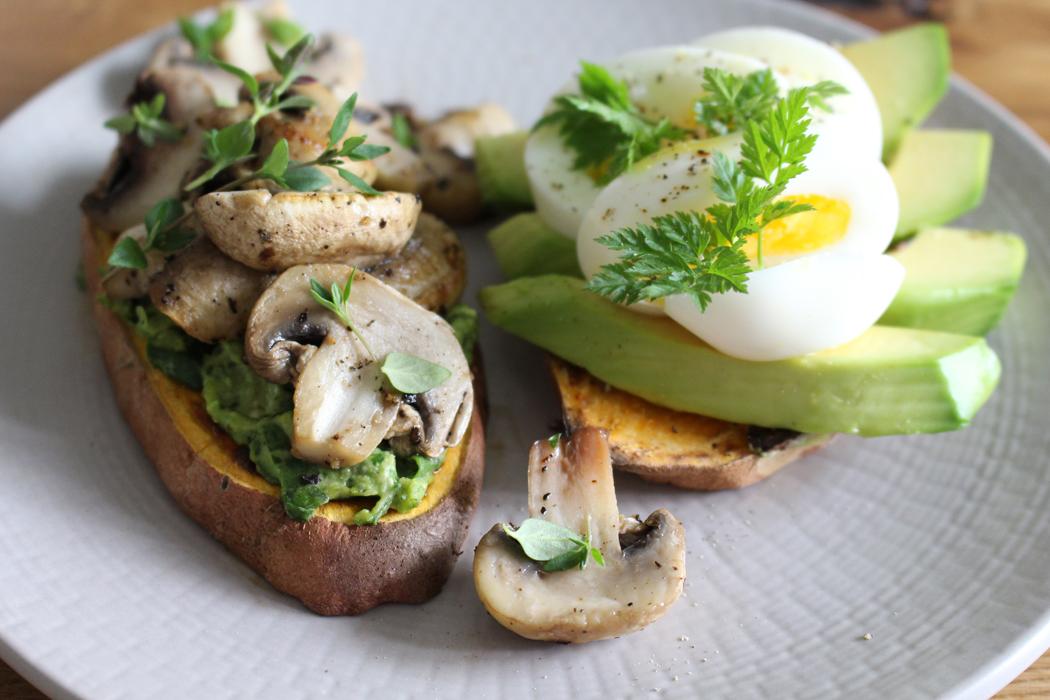 Süßkartoffel-Toast mit Avocado und Pilzen2