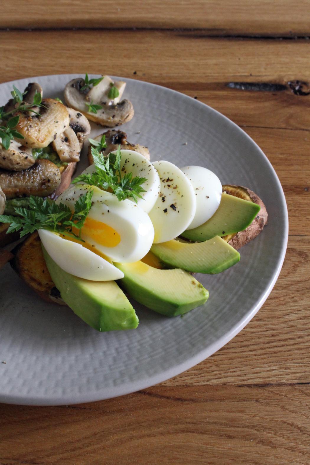 Süßkartoffel-Toast mit Avocado und Pilzen3