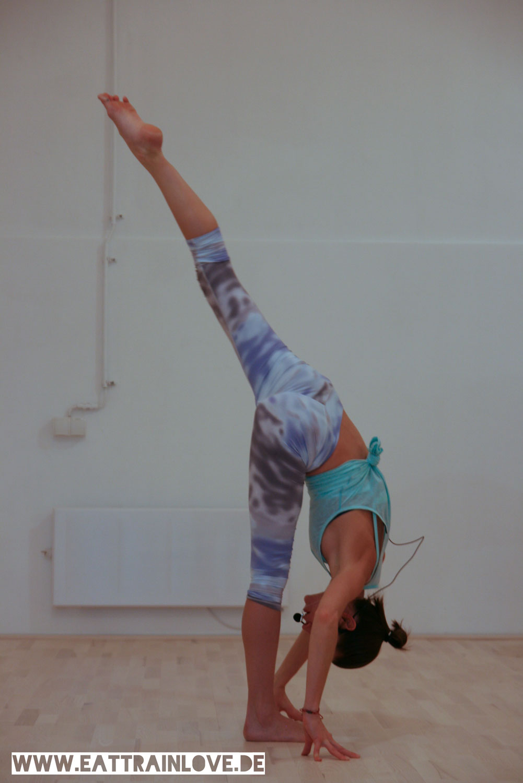 Tara-Stiles-Forward-Split