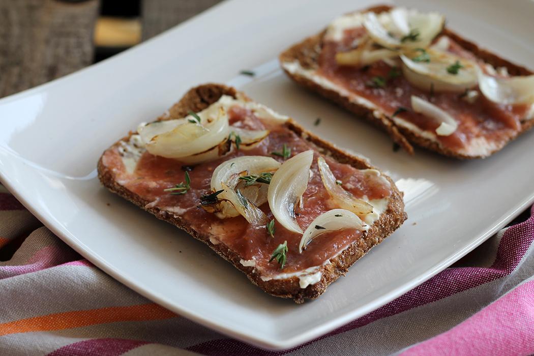 Brot mit Frischkäse Feigenkonfitüre Röstzwiebeln